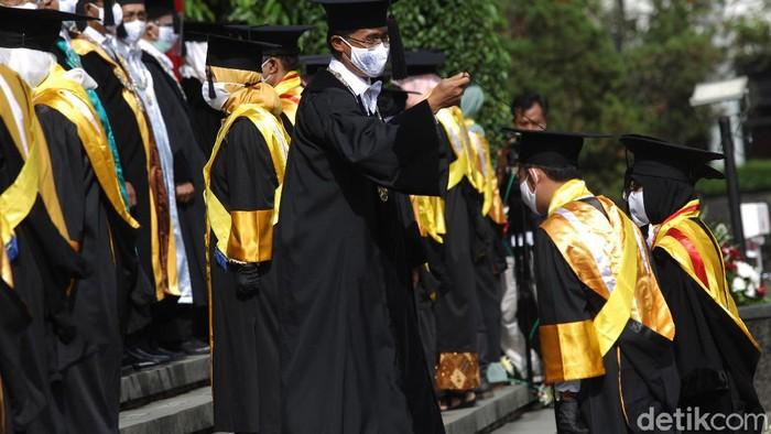 Sebanyak 22 wisudawan Cumlaude mewakili wisudawan Universitas Gajah Mada pada acara wisuda virtual pertama UGM di halaman Balairung, UGM, Yogyakarta, Rabu (21/10/2020). Wisuda virtual ini gabungan dari tiga periode wisuda yaitu bulan April, Juli dan Oktober dengan total 3.004 wisudawan.