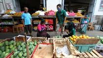 Aksi Bagi-bagi Masker di Pasar Gede Surakarta