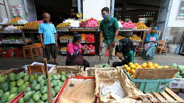 Demi mencegah penyebaran virus Corona, aksi bagi-bagi masker dilakukan di Pasar Gede, Surakarta, Jawa Tengah.