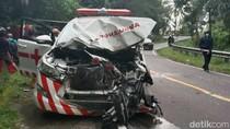 Video: Usai Antar Pasien Covid-19, Ambulans Terlibat Kecelakaan di Mamuju