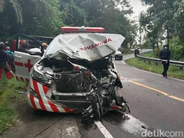 Ambulans untuk pasien COVID-19 ringsek usai tabrakan dengan truk di Jalan Trans Sulawesi di daerah Mamuju, Sulbar (Abdy Febriady/detikcom)