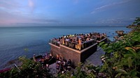 Rock Bar, AYANA Resort and Spa, Bali, Indonesia. Apa yang harus diminum: Lychee Martini (leci, vodka, vermouth).