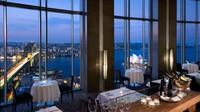 Blu Bar di 36, Shangri-La Hotel di The Rocks, Sydney. Apa yang harus diminum: (infus vermouth vodka, persik dan nektarin, jeruk pahit).