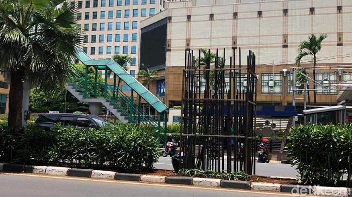 Tiang-tiang bekas proyek monorel masih berdiri di kawasan Kuningan dan Senayan Jakarta Selatan. Tiang-tiang itu telah berdiri 16 tahun, di mana pemasangannya dilakukan sejak tahun 2004, namun mangkrak hingga saat ini.