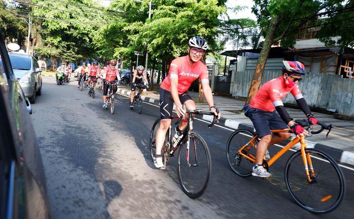 Sebanyak 20 Cyclist Fibre Bike melakukan Event virtual Cycling terbesar di Indonesia, FibreFirst Cycling 2020 di Bandung, Jawa Barat, Kamis (22/10/20). Kegiatan City Pit Stop sebagai bentuk komitmen dalam mengajak masyarakat berdonasi membantu keluarga korban Covid-19. Fibre Bike memiliki hak istimewa tersendiri yaitu dapat memberikan donasi dua kali lipat per kilometernya