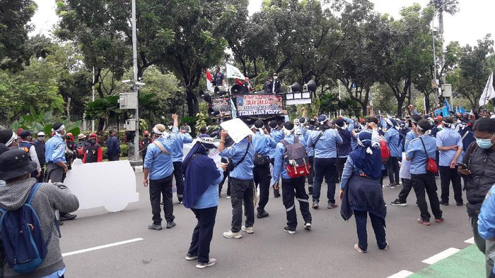 Massa buruh bertemu dengan massa pekerja ambulans DKI di depan Balai Kota Jakarta, Jalan Medan Merdeka Selatan, Kamis (22/10/2020).