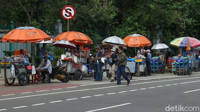 Sejumlah pedagang kali lima (PKL) memadati kawasan patung kuda, Jakarta, Kamis (22/10/2020).