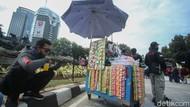 Berkah PKL di Tengah Demo
