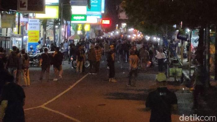 Ratusan mahasiswa yang demo menolak Omnibus Law di bundaran depan DPRD Jember akhirnya membubarkan diri. Mereka membubarkan diri karena tak ingin terjadi benturan yang bisa membuat suasana keruh.