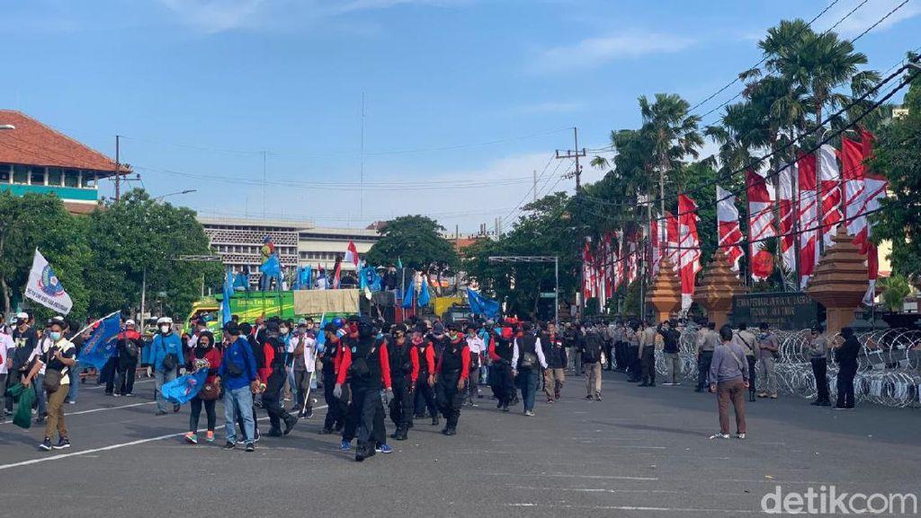Demo Buruh Tolak Omnibus Law Bubar Usai DPRD Jatim Gelar Audiensi
