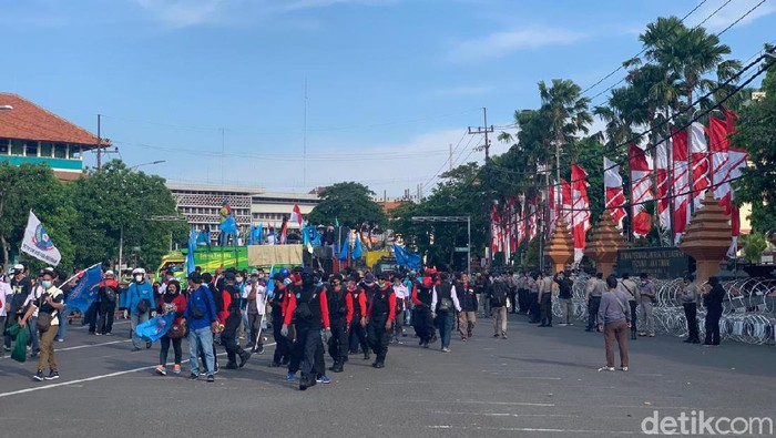 Ratusan buruh dari Federasi Serikat Pekerja Logam Elektronik Mesin Serikat Pekerja Seluruh Indonesia (FSP LEM SPSI) demo menolak Omnibus Law di depan Gedung DPRD Jawa Timur. Massa membubarkan diri setelah perwakilan mereka diterima Anggota DPRD Jatim.