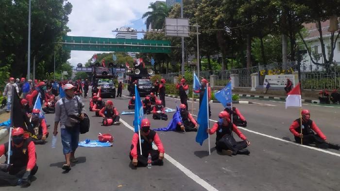 Gaya Massa Buruh Duduk Berjarak di Jalan Sisi Monas Usai Long March