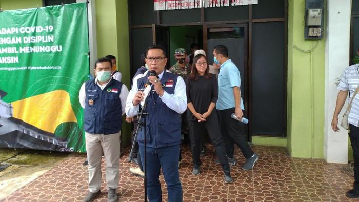 Gubernur Jawa Barat Ridwan Kamil saat Meninjau Vaksinasi di Depok