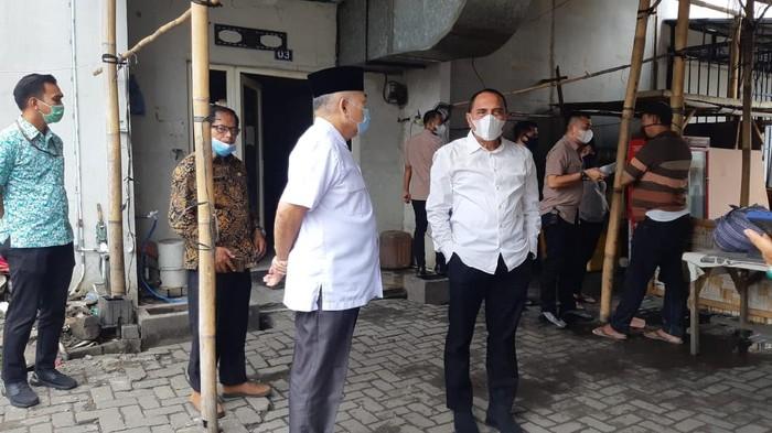 Gubsu Edy Rahmayadi cek lokasi dugaan pelemparan mobil Satgas COVID-19 terjadi (Ahmad Arfah-detikcom)