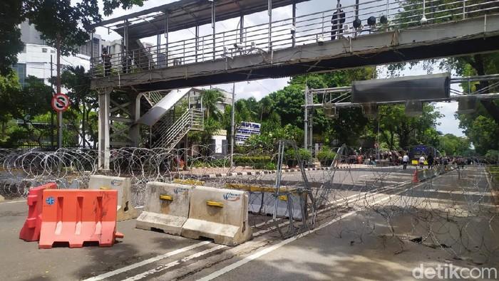 Jelang demo tolak omnibus law, Jalan Medan Merdeka Barat ditutup kawat beduri