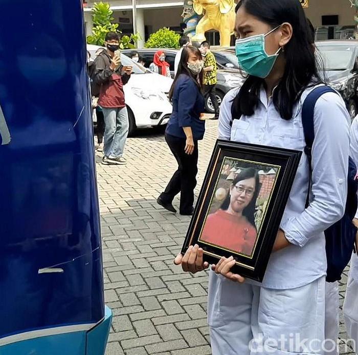 Jenazah Yulia (42) yang ditemukan terbakar dalam mobil di Kabupaten Sukoharjo akan dimakamkan di Taman Memorial Delingan, Karanganyar. Saat ini jenazah telah diberangkatkan ke pemakaman.