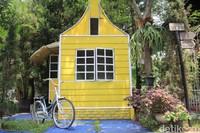 Kampung Tullip menyediakan permainan anak-anak, food court, wisata air perahu dayung dan perahu gowes hingga spot foto. (Siti Fatimah/detikcom)