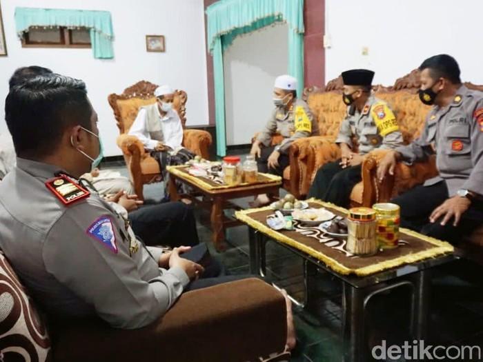 Kapolres Probolinggo, AKBP Ferdy Irawan, ajak santri se - Kabupaten Probolinggo, jihad melawan dan memutus mata rantai penyebaran COVID- 19