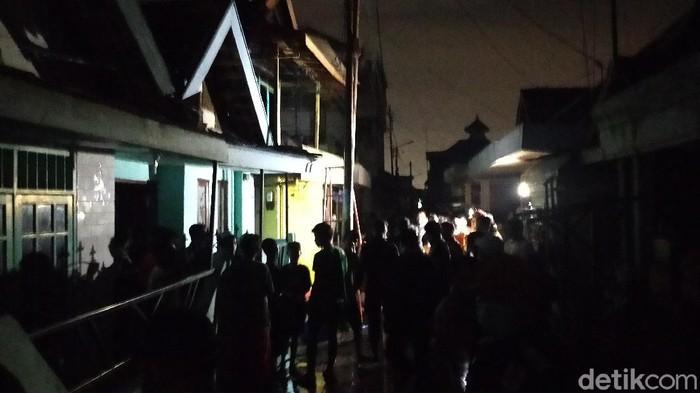Empat rumah di Jalan Jati Purwo, Kelurahan Ujung, Kecamatan Semampir terbakar. Kebakaran diduga disebabkan korsleting listrik.