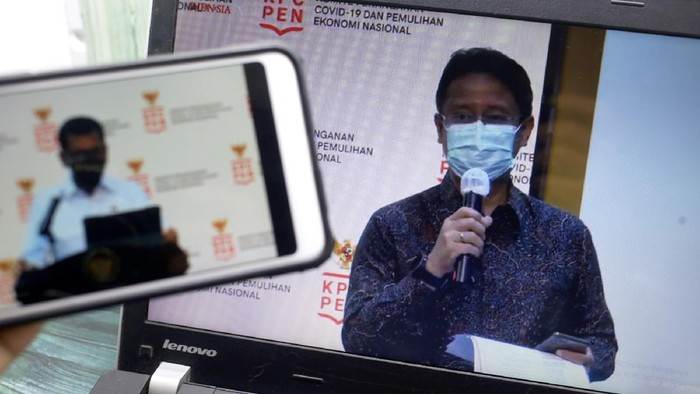 Menparekraf Wishnutama dan Ketua Satgas PEN Budi Gunadi Sadikin (kanan) memberikan  keterangan kepada wartawan melalui Webinardi Jakarta, Selasa,  21 Oktober 2020
