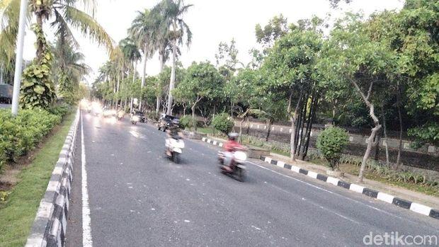 Lalin di sekitar Universitas Udayana sudah dapat dilintasi kendaraan setelah demo tolak omnibus law UU Cipta Kerja bubar (Angga Riza/detikcom)