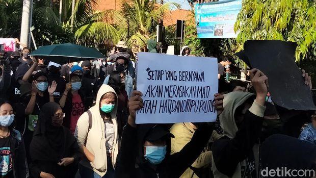 Mahasiswa dan buruh demo tolak omnibus law Cipta Kerja di Universitas Udayana (Angga Riza/detikcom)