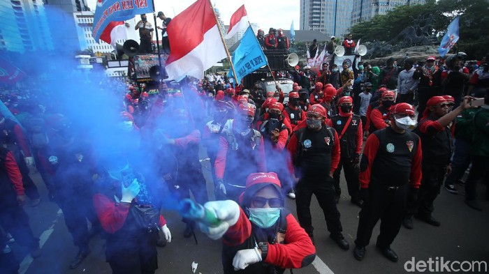 Massa demo buruh mulai ramai memadati kawasan Patung Kuda, Jakarta Pusat. Aksi tersebut dilakukan menolak omnibus law UU Cipta Kerja.