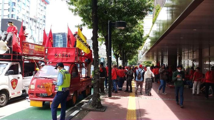 Massa Buruh KASBI mulai berkumpul di Jl MH Thamrin Jakpus (Foto: Farih/detikcom)