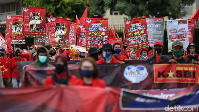 Sejumlah organisasi buruh melakukan aksi unjuk rasa di Patung Kuda, Bundaran Hotel Indonesia, Jakarta, Kamis (22/10/2020). Mereka menolak undang-undang omnibus law dan meminta presiden menerbitkan perpu
