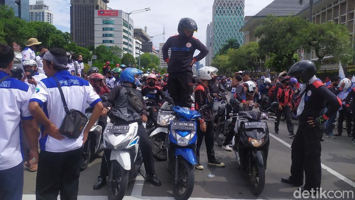 Massa demo buruh konvoi motor ke Patung Kuda, Kamis (22/10) pukul 13.50 WIB (Arun/detikcom)