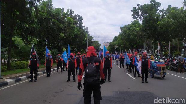 Massa demo buruh mulai berdatangan di Patung Kuda, Kamis (22/10) pukul 11.35 WIB (Arun/detikcom)