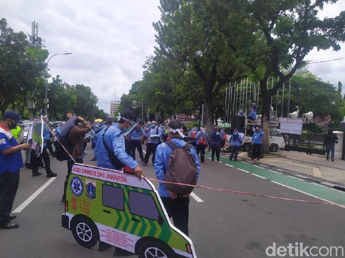 Massa pekerja ambulans DKI demo tolak omnibus law di Balai Kota (Lukman/detikcom)