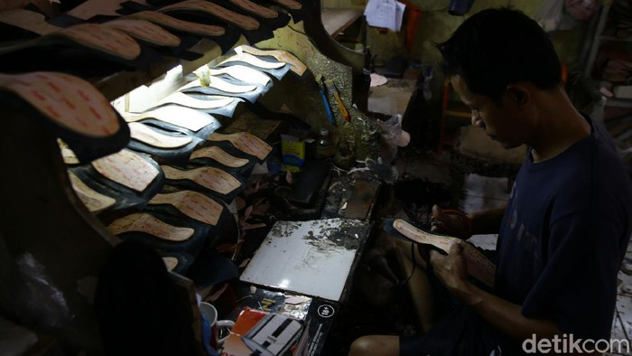 Pekerja tengah menyelesaikan pembuatan sendal dan sepatu wanita di kawasan Tangerang Selatan, Kamis (22/10/2020).