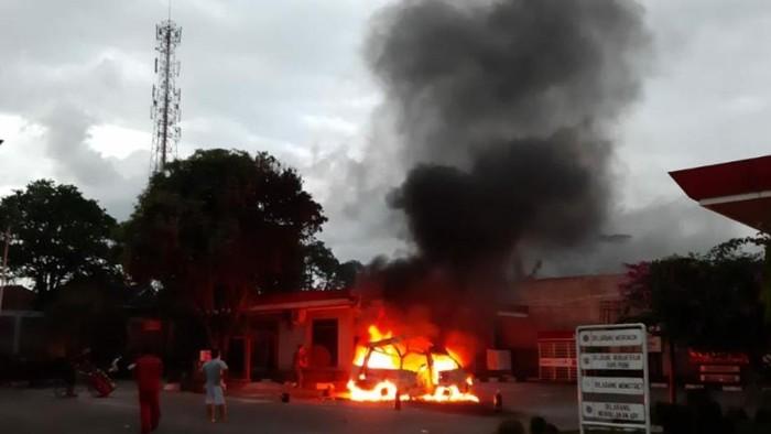Mobil hangus terbakar di SPBU Cianjur.