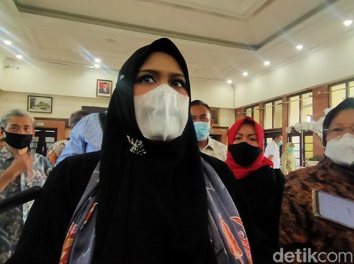 Panitia khusus (Pansus) Banjir DPRD DKI Jakarta melakukan kunjungan kerja di Surabaya. Mereka meminta saran Wali Kota Surabaya Tri Rismaharini, terkait penanganan banjir.