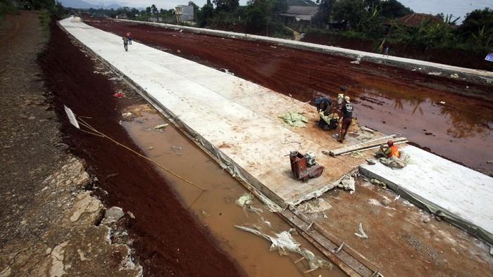Pekerja beraktivitas di proyek jalan utama Bojong Gede -Kemang (Bomang) di Kabupaten Bogor, Jawa Barat, Kamis (22/10/2020). Pembangunan Jalan utama Bomang pada tahun 2020 sepanjang 2.435 meter memiliki pagu anggaran Rp41,2 miliar tersebut, ditargetkan selesai pada 25 Desember 2020 menghubungkan Desa Jampang, kecamatan Kemang hingga Desa Nanggerang, kecamatan Tajurhalang. ANTARA FOTO/Yulius Satria Wijaya/foc.