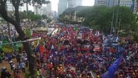 Tambah Ramai, Penampakan Massa Buruh di Patung Kuda Monas Pukul 15.30 WIB