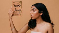 Penyair InstaPoet Rupi Kaur Rilis Buku Puisi Home Body di 17 November