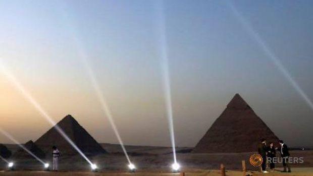 Restoran baru menghadap Piramida Giza.