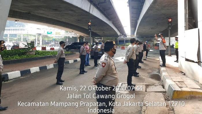 Polisi siaga di flyover Kuningan antisipasi pendemo.