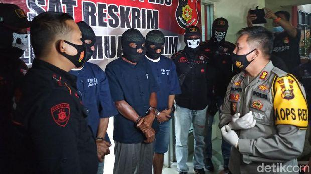 Polres Muara Enim menetapkan 3 orang sebagai tersangka terkait insiden tambang batu bara longsor dan menewaskan 11 orang (Raja Adil/detikcom)