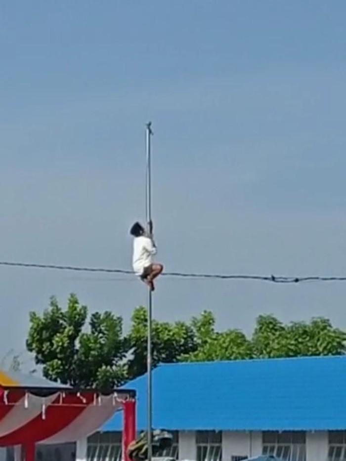 Santri di Gorontalo Panjat Tiang Bendera karena Tali Putus