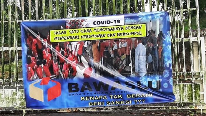 Spanduk yang mendiskreditkan Bawaslu Kepri beredar di Tanjungpinang. (Foto: dok. Antara)