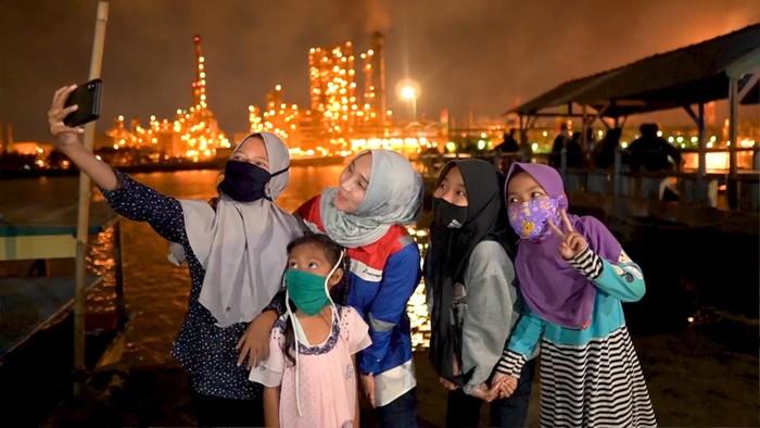Spot foto berlatar kilang minyak Pertamina di Cilacap