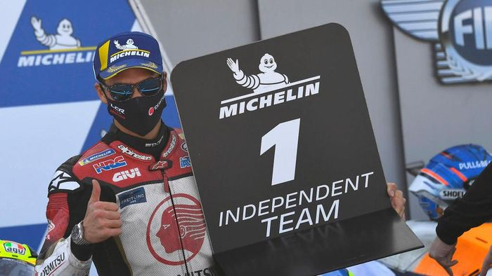 ALCANIZ, SPAIN - OCTOBER 18: Takaaki Nakagami of Japan and LCR Honda Idemitsu  celebrates the indipendent team victory under the podium during the MotoGP race during the MotoGP of Aragon at Motorland Aragon Circuit on October 18, 2020 in Alcaniz, Spain. (Photo by Mirco Lazzari gp/Getty Images)