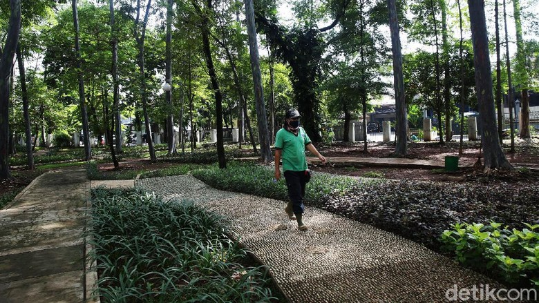 Pemerintah Provinsi DKI Jakarta melakukan revitalisasi Taman Tebet, Kamis (22/10). Taman yang berada di kawasan Tebet direvitalisasi menjadi Eco Garden.