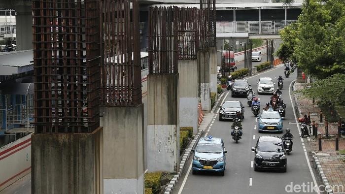 Tiang konstruksi proyek monorel yang berada di Jalan HR Rasuna Said, Kuningan, Jakarta Selatan tidak terpakai. Terlebih, proyek LRT Jabodebek yang berada di sampingnya membuat konstruksi baru untuk koridor Cawang-Dukuh Atas.