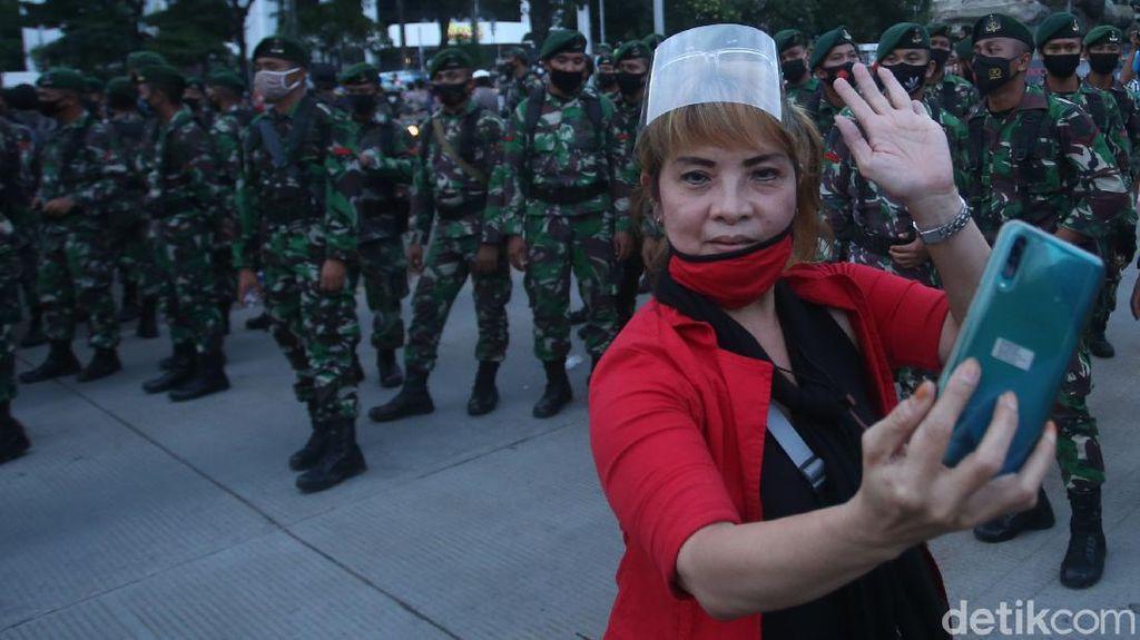 TNI Bubarkan Aksi Damai Buruh di Patung Kuda
