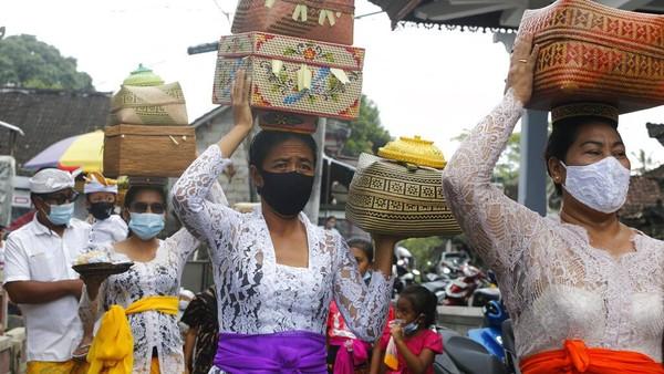Selain anak-anak yang dihiasi dengan warna-warni, ritual juga dilakukan dengan persembahyangan hingga nunas pica (nasi dan lawar) yang dilakukan dengan cara megibung.