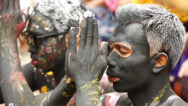 Seorang pria Bali berdoa saat mengikuti ritual Hindu Grebeg di desa Tegallalang, Bali, Kamis (22/10/2020.
